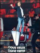 ??  ?? Le chanteur défie l'ergonomie des fauteuils rouges.