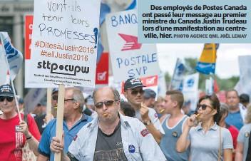 ??  ?? Des employés de Postes Canada ont passé leur message au premier ministre du Canada Justin Trudeau lors d'une manifestation au centreville, hier.