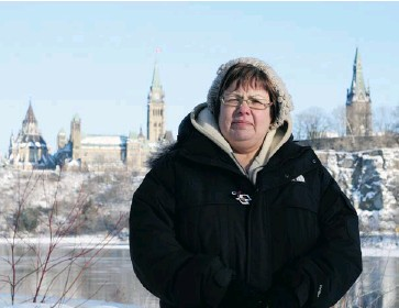 ?? TERESA SMITH/OT­TAWA CIT­I­ZEN ?? Chief Theresa Spence of At­tawapiskat First Na­tion, seen on Vic­to­ria Is­land near Par­lia­ment Hill on Christ­mas Day, is be­ing crit­i­cized for her in­sis­tence on meet­ing with the prime min­is­ter, and not other min­is­ters, to end her hunger strike.