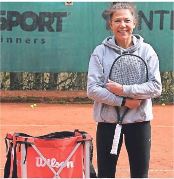 ?? FOTO: JÜRGEN MOLL ?? Alice Schöpp ist Tennisspielerin und Tennislehrerin bei Grün-Weiß Wermelskirchen.