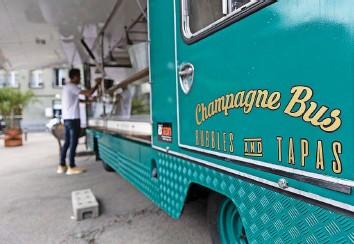 ?? Foto: Christian Pfander ?? Die Weinbar Caveau 7 wird diesen Champagnerbus auf dem Waisenhausplatz parkieren.