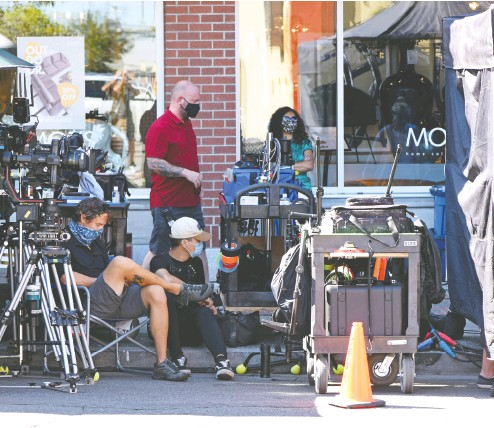 ?? Don Denton / THE CANADIAN PRESS files ?? Film crew production staff wear masks as they conform to new pandemic safety rules and regulations for the movie industry in British Columbia this summer. The crew were filming a movie called Deliver By Christmas.