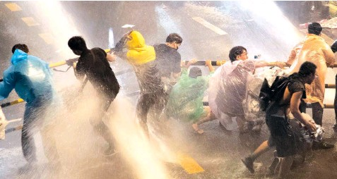 ?? Soe Zeya Tun/ Reuters ?? Police sprays protesters with a water cannon