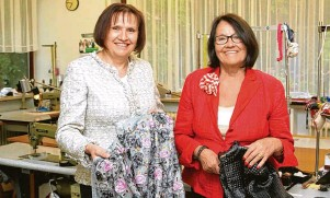 ??  ?? Seit 50 Jahren besteht das Modeatelier Wistuba: Inhaberin Waltraud Wistuba (rechts) mit Schneidermeisterin Elisabeth Hirsch, die sie seit mehr als 40 Jahren im Atelier unterstützt.