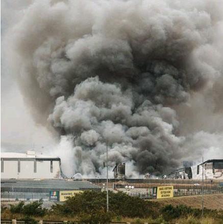 ?? Rajesh Jantilal/afp ?? Noord-Durban, een Makro-winkel gaat in de vlammen op. Voorlopig weigert de regering de noodtoestand uit te roepen. Wel moesten alle benzinestations en overheidsgebouwen sluiten.