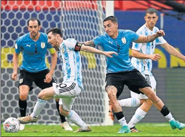 ??  ?? Messi se deshace de Giménez en una jugada del partido.