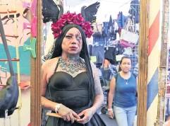 ??  ?? Lady Morgana atrae la mirada de los transeúntes en el tianguis de La Lagunilla, donde trabaja.