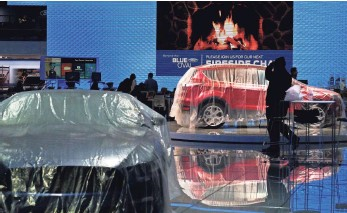 ?? JEWEL SAMAD, AFP/GETTY IMAGES ?? Exhibitors prepare Sunday for the 2016 North American International Auto Show in Detroit.