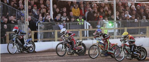 ?? PICTURES: STEVE DIXON PHOTOGRAPHY ?? HISTORIC OCCASION: The first race of the night at the opening meeting between Leicester and Sheffield. From left, Sergey Darkin (Leicester), Shane Parker (Sheffield), John Oliver (Leicester) and Hugh Skidmore (Sheffield)