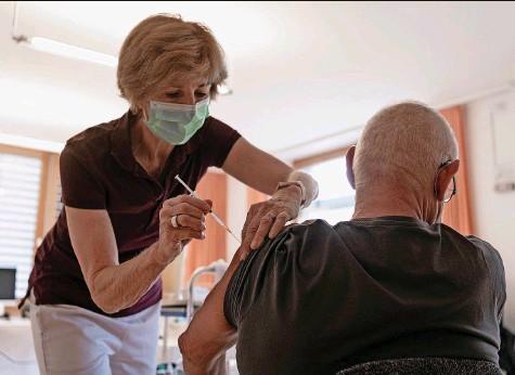??  ?? Hausärztin Ursula Köppel von der Gemeinschaftspraxis in Oberweningen impft einen Patienten gegen Covid-19.