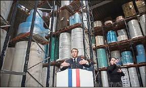 ??  ?? Emmanuel Macron accompagné d'une interprète en LSF, le 31 mars.