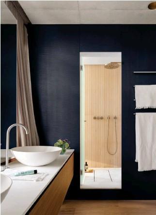 ??  ?? En el baño principal, los lavamanos exentos son de la marca Falper, que distribuye Gunni & Trentino. La grifería es de Vola, con acabado de acero inoxidable cepillado. Toalleros, de Boffi. El plato de ducha y el revestimiento de las paredes son de la firma Salvatori.