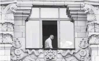 ??  ?? Віталій Кличко у вікні КМДА. Фото УНІАН.