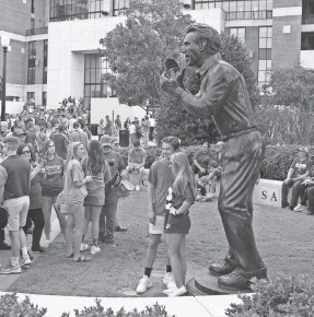 ?? MARVIN GEN­TRY/USA TO­DAY SPORTS ?? Fans pose by the statue of Alabama foot­ball coach Nick Sa­ban, erected in 2011, out­side Bryant-Denny Sta­dium in 2017.