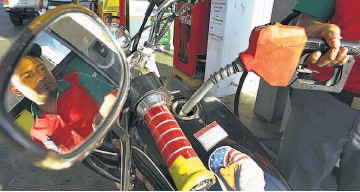 ??  ?? Alzas. El precio del galón de gasolina especial aumentará hasta $0.06.