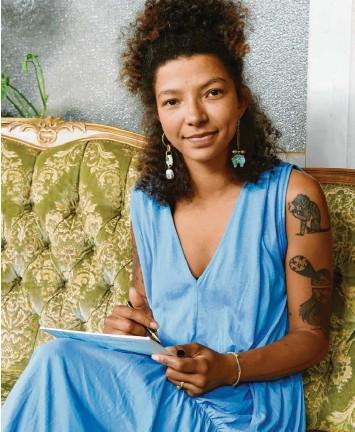 ?? Foto: Silvio Wyszengrad ?? Neu-stadträtin Lisa Mcqueen schreibt mehrmals am Tag Briefe an ihren Mann, der seit rund zwei Wochen im Gefängnis ist. Sie will ihn am Leben draußen teilhaben lassen.