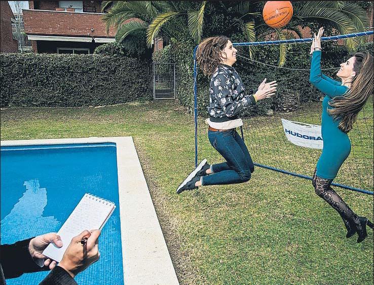 ?? XAVIER CERVERA ?? La nadadora Érika Villaécija, que ha disputado cuatro Juegos Olímpicos, y la coach María Gilabert, esta semana en Sant Cugat