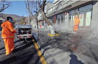 ??  ?? 环卫工人对街道进行消杀作业