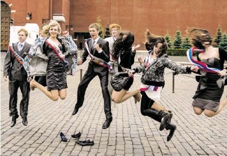 ?? BILD: SN/ASSOCIATED PRESS ?? Eine russische Abschlussklasse feiert auf dem Roten Platz in Moskau ihren letzten Schultag.