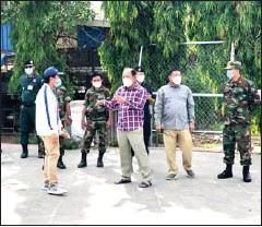 ?? BANTEAY MEANCHEY PROVINCIAL ADMINISTRATION ?? Banteay Meanchey provincial governor Um Reatrey (front right) instructs his officers in restricted zones.