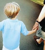 ??  ?? Famiglia Un bambino con il padre. Il Trentino punta a varare l'assegno unico per il welfare