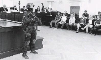 ?? Obžalovaní anarchisté před soudním senátem 2. srpna loňského roku. FOTO MAFRA – MICHAL ŠULA ?? Teror, nebo provokace agentů?