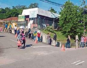 ?? (Foto ihsan TNB) ?? Penduduk sekitar beratur menerima sumbangan warga kerja TNB Kluang menerusi Gerobok Rezeki Staf TNB Kluang.
