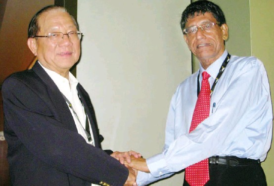 ??  ?? Tan Koon Swan and Glenn Knight at the Eagles Leadership Conference in Singapore on July 23. It was the first time since the Pan-El trial in the 1980s that they had appeared in public together. – Pic courtesy of Singapore Strait Times
