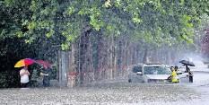 ?? FOTO: HOU JIANXUN/DPA ?? Regenchaos in Zhengzhou: In der Zentralprovinz Henan verwandelten sich die Straßen in reißende Fluten.