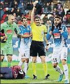 ?? EFE ?? Undiano muestra tarjeta a López