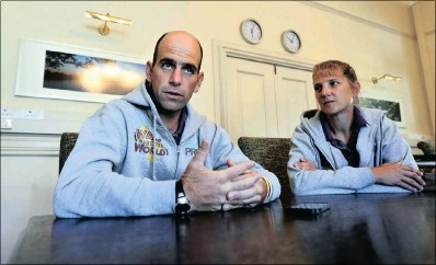 ?? PICTURE: PHILL MAGAKOE ?? Matt Napier from Australia with his wife Wendy during an interview with the Pretoria News. Matt walked across Southern Africa for a better world.