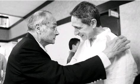 ??  ?? DON ANTONIO LUIS FERRÉ, presidente y fundador de la Junta de Directores y Editor Fundador de El Nuevo Día, ofrece sus condolencias a José L. Díaz De Villegas Freyre, hijo del fenecido artista y editor.