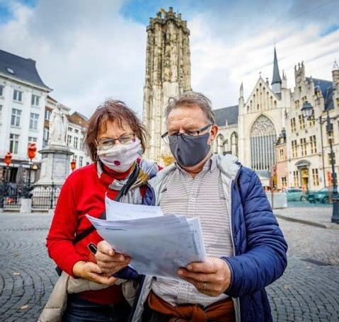 ?? FOTO DIRK VERTOMMEN ?? Ann Schaubroeck en haar echtgenoot Eric Decordier zakten vanuit Gent een dagje af naar Mechelen.