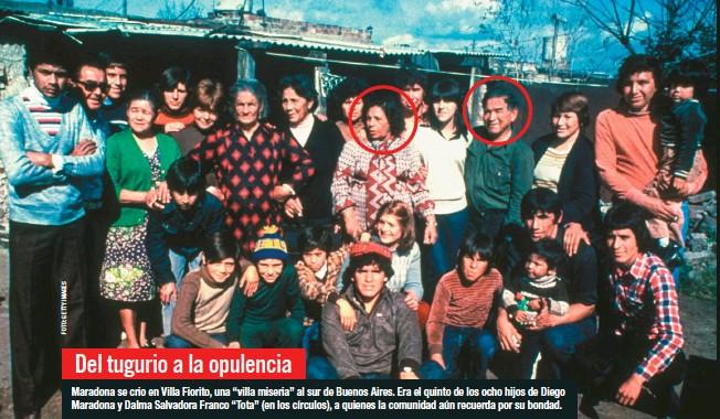 """??  ?? Maradona se crio en Villa Fiorito, una """"villa miseria"""" al sur de Buenos Aires. Era el quinto de los ocho hijos de Diego Maradona y Dalma Salvadora Franco """"Tota"""" (en los círculos), a quienes la comunidad aún recuerda por su bondad."""
