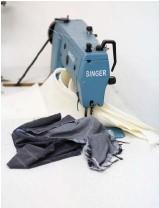 ??  ?? Rive Droite confectionne des sacs avec du coton recyclé, des chutes de jean et des fins de stocks achetés à Casablanca, au Maroc.