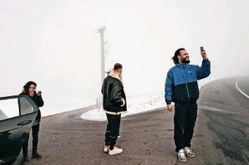 ?? Foto: Jojo Schulmeister ?? In der «Schweizer Illustrierten» ist eine Strecke mit zehn Fotos Jojo Schulmeisters von Rapper Nativ (rechts) veröffentlicht worden, die beim Swiss Press Photo Award ausgezeichnet worden ist.