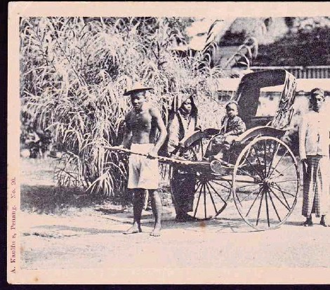 ?? PIX COURTESY OF ALAN TEH LEAM SENG ?? A 1902 postcard produced by German photograph­er August Kaulfuss showing a Penang rickshaw puller with his passengers.