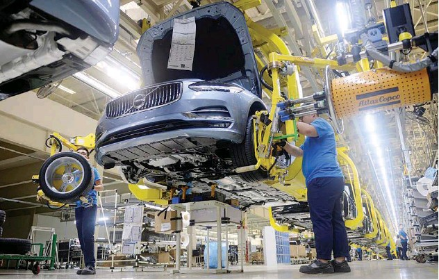 ?? File/reuters ?? ↑ Workers assemble a car at the Volvo Cars manufacturing plant in Daqing, Heilongjiang province, China.