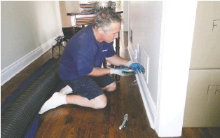 ?? PHO­TOS COUR­TESY OF DUCT MAS­TERS ?? Home­own­ers them­selves can check if their ducts need to be cleaned. Sim­ply un­screw the rec­tan­gu­lar grill cov­er­ing the re­turn vent to have a look in­side.