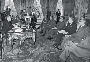 ??  ?? FACE AU PROGRAMME DE NATIONALISATIONS voulu par François Mitterrand, les délégués du CNPF– ici, à l'Elysée, le 29 mai 1981 – semblent jouer la négociation. Mais la guerre est déclarée au Parlement, où des milliers d'amendements inspirés par le patronat sont déposés.