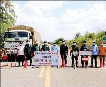 ?? RATANAKKIRI PROVINCIAL ADMINISTRATION ?? Officers place barricades on a road leading to Ratanakkiri province.