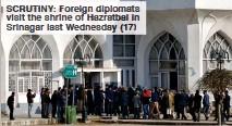 ??  ?? SCRUTINY: Foreign diplomats visit the shrine of Hazratbal in Srinagar last Wednesday (17)