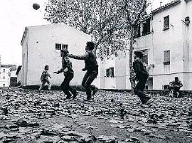 ??  ?? Unos niños juegan en Nou Barris en diciembre de 1986