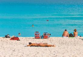 ??  ?? La industria turística es uno de los principales soportes de la economia.