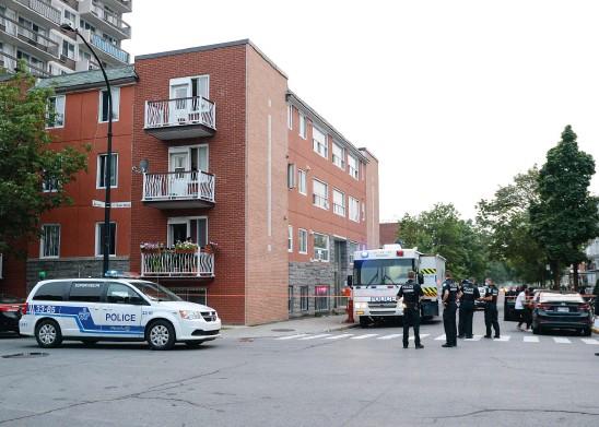 ?? PHOTO AGENCE QMI, THIERRY LAFORCE ?? Les policiers avaient bouclé le secteur situé à l'angle des rues Birnam et Saint-Roch, dans le quartier Parc-Extension, à Montréal. Une femme a été retrouvée gravement blessée dans un logement hier après-midi, et a par la suite succombé à ses blessures.