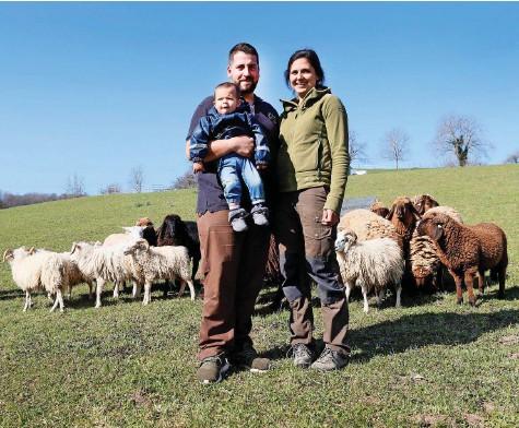 ?? Fotos: Balz Murer ?? David und Natalie Müller mit Sohn Raphael setzen bei ihrem Landwirtschaftsbetrieb auf Nachhaltigkeit und Regionalität.