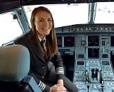 ??  ?? Sulla pista Kate McWilliams, 26 anni, in aeroporto con alle spalle un airbus di easyJet. Sopra, nella cabina di pilotaggio; sotto, nel 2014 con i genitori dopo averli avuti come passeggeri