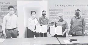??  ?? TERMETERAI: Dr Annuar (tengah) menyaksikan upacara pertukaran dokumen di antara UCTS dan Persatuan Muzium Memorial Hospital Lau King Howe di Sibu, semalam.
