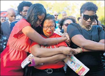 ?? Jon Shapley Houston Chronicle ?? MOURNERS at a vigil for Sandra Bland at Prairie View A& M University days after she was found dead. Coroner's officials ruled her death a suicide, but relatives say she showed no signs of wanting to end her life.