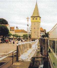 ?? FOTO: DAHLHAUS ?? Als das Wasser im Bodensee nach Pfingsten 1999 immer höher stieg, errichtete die Stadt am Hafen eine Schutzmauer.